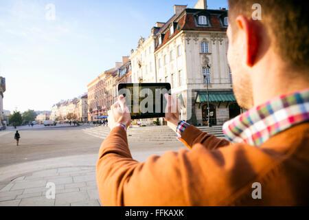 L'homme sur une escapade en ville, de prendre une photo avec smart phone Banque D'Images