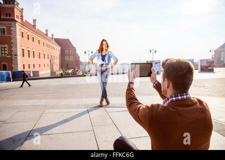 Mid adult man de prendre une photo de votre petite amie Banque D'Images