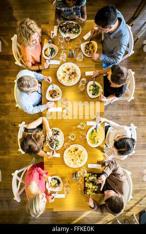 Groupe d'amis pour dîner au restaurant Banque D'Images