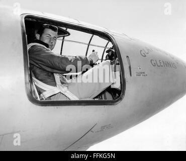 Chuck Yeager. Le pilote d'essai de l'US Air Force Chuck Yeager dans le cockpit de l'Bell X-1 'Glamorous Glennis' Banque D'Images