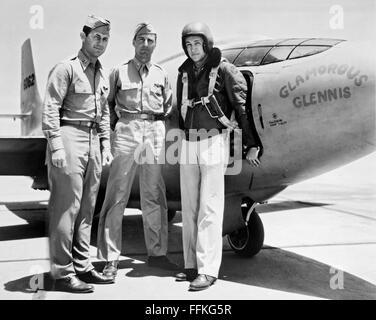 Glamorous Glennis. Le Bell X-1 'Glamorous Glennis' avec, de gauche à droite, le Capitaine Chuck Yeager, le Major Banque D'Images