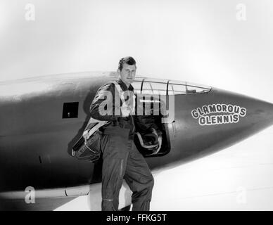 Chuck Yeager. Le pilote d'essai de l'US Air Force Chuck Yeager debout devant le Bell X-1 'Glamorous Glennis' dans Banque D'Images