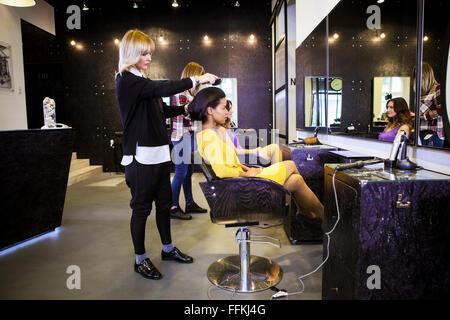 Coiffure cheveux du client de brossage en coiffure Banque D'Images