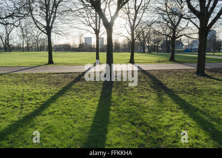 Glasgow, Écosse, Royaume-Uni - 15 Février 2016: France - un ciel clair et de grandes ombres à Glasgow, Glasgow Banque D'Images
