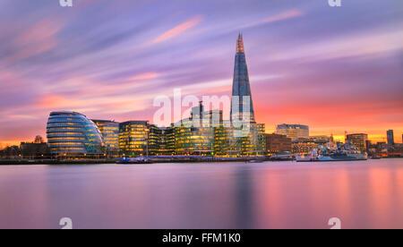 Vue vers l'hôtel de ville, le Shard et autres édifices le long de la Tamise, à Londres, au Royaume-Uni. Banque D'Images