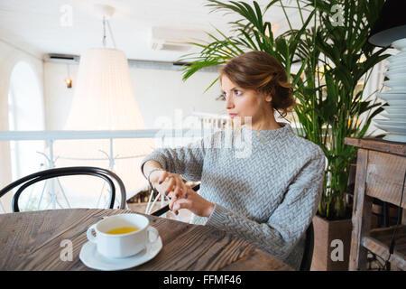 Femme en attente de quelqu'in cafe Banque D'Images