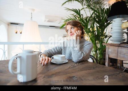 Jeune femme attendant quelqu'in cafe Banque D'Images