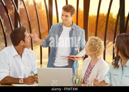 Image composite du groupe de jeunes collègues à une réunion Banque D'Images
