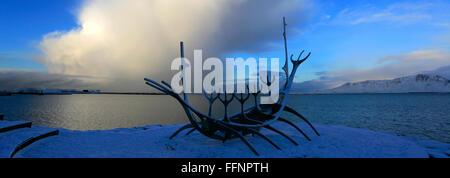 Neige de l'hiver sur le Soleil Voyager, navire Viking sculpture, Reykjavik, Islande Banque D'Images