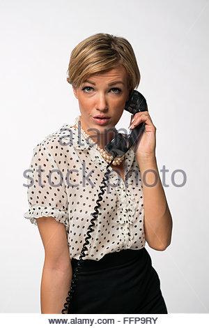 21188fda0 Une belle femme vêtue d'une robe des années 60, posant sur une ...