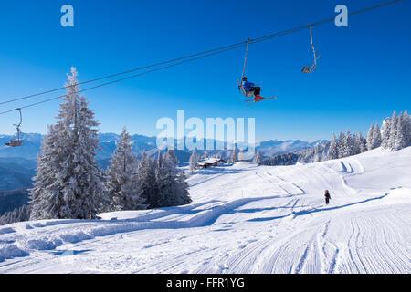 Télésiège Finstermünz, refuge de montagne Tölzer Hütte derrière, station de ski, Brauneck Lenggries, Isarwinkel, Banque D'Images