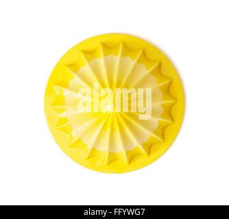 Presse-agrumes jaune isolé sur fond blanc. L'équipement de cuisine. Banque D'Images
