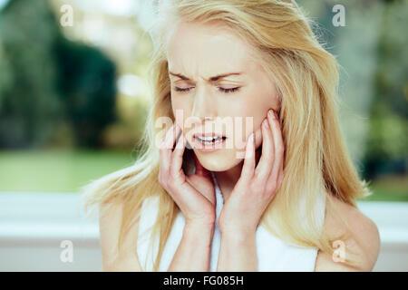 Fille avec mal de dents Banque D'Images
