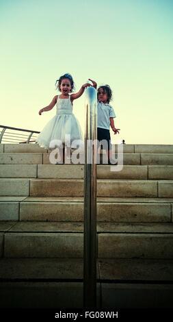 Enfants descendant des escaliers Banque D'Images