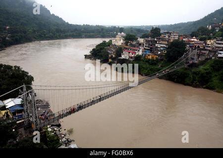 Une vue aérienne du Lakshman jhula situé au Gange à Rishikesh , l'Uttaranchal , Inde Banque D'Images