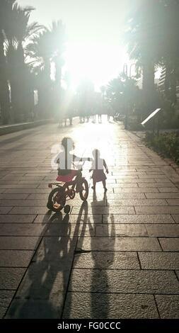 Vue arrière de deux enfants avec Location en plein air Banque D'Images
