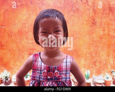 Portrait Of cute girl faisant face à l'extérieur