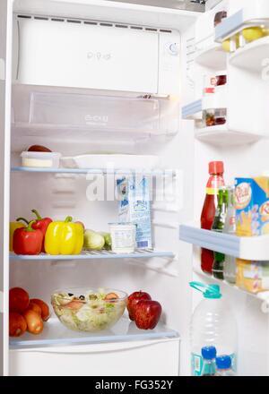 Divers ingrédients alimentaires et boissons conservés au réfrigérateur Banque D'Images