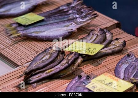 Le poisson séché en vente au marché Nishiki Banque D'Images
