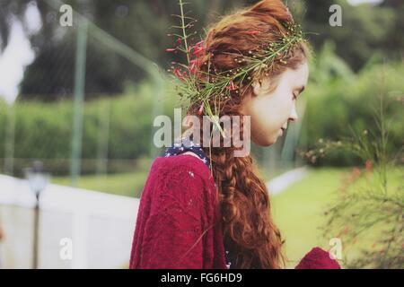 Vue latérale du Jeune femme portant des fleurs dans les cheveux