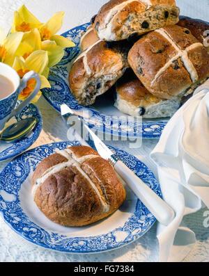 Les brioches sur la plaque avec le couteau et tasse de thé en studio Banque D'Images