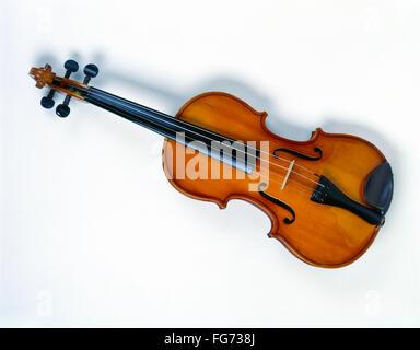La nature morte de violon avec fond blanc, Londres, Angleterre, Royaume-Uni Banque D'Images