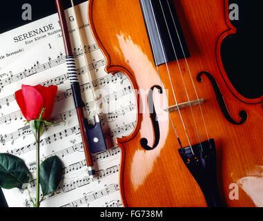 La nature morte de violon et noeud avec rose et feuille de musique, Londres, Angleterre, Royaume-Uni Banque D'Images