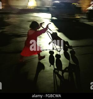 High Angle View of Girl Walking sur rue avec Baby Carriage Banque D'Images