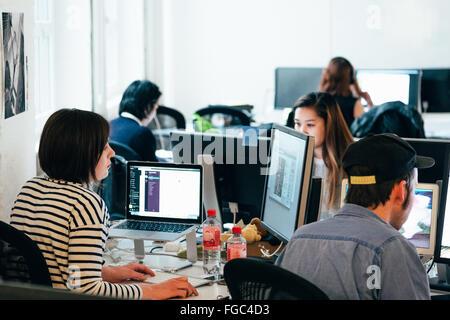 Les personnes travaillant sur des ordinateurs au bureau Banque D'Images