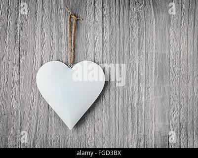 Coeur métal vintage sur fond de bois comme symbole de Jour de Valentines Banque D'Images