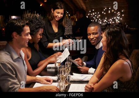 Serveuse En restaurant l'Ordre prend Using Digital Tablet Banque D'Images