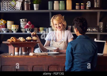 Personnel au Service client dans le café animé Banque D'Images