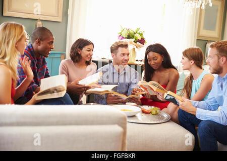 Groupe d'amis qui participent à Book Club at Home Banque D'Images