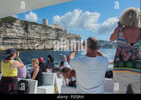 Les touristes armés de caméra à bord d'un bateau excursion autour de Bonifacio en corse. France. Banque D'Images