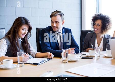 D'affaires dans la salle de conférence au cours de réunion Banque D'Images