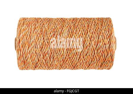 Сoil de beige avec corde de couleur orange isolé sur fond blanc Banque D'Images