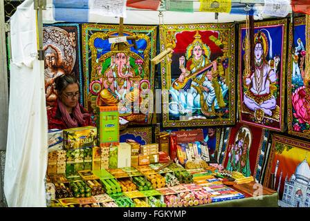 Vue d'un magasin avec des objets indiens dans marché du Rastro de Madrid, ville, Espagne