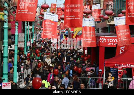 San Francisco, USA. Feb 20, 2016. Les personnes sont considérées au cours de la fête des lanternes activités à Chinatown Banque D'Images