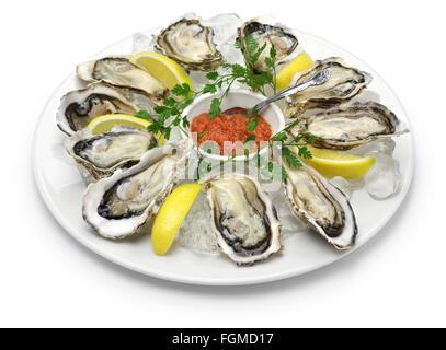 Plaque d'huîtres fraîches isolées sur fond blanc Banque D'Images
