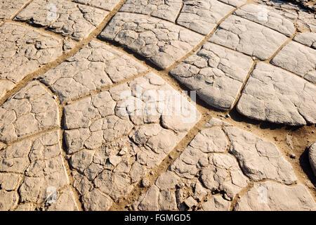 La boue sèche, craquelée sur la télévision Mesquite Sand Dunes in Death Valley National Park, Californie Banque D'Images