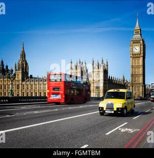 Londres - le 12 avril 2015: et London Bus taxi traditionnel avec Big Ben le 12 avril 2015 à Londres, en Angleterre. Banque D'Images