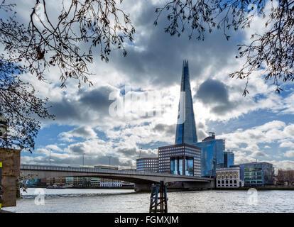 Vue sur la rivière Thames à London Bridge avec le fragment derrière, Southwark, London, England, UK Banque D'Images