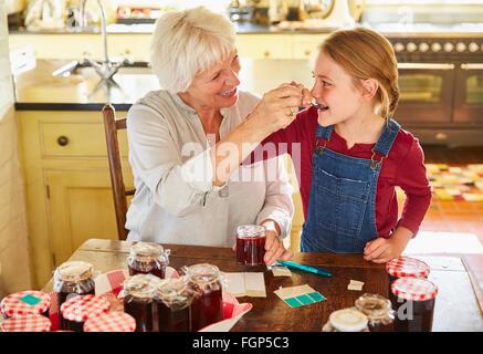 Grand-mère et petite-fille de cuisine confiture conserves Banque D'Images