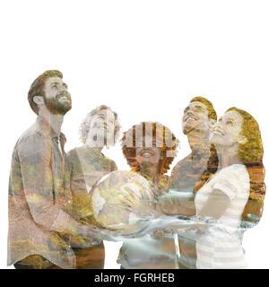 Image composite de jeunes gens d'affaires créatifs avec un globe Banque D'Images