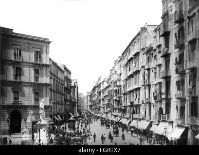 Géographie / voyages, Italie, Naples, rues, Via Roma et Piazza Carita avec monument de Carlo Perio, vue, fin du Banque D'Images