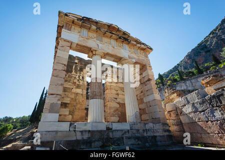Ancient Delphi, Phocide, Grèce. Trésor des Athéniens. Construite vers le début du ive siècle avant J.-C. Banque D'Images