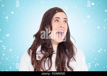 Image composite de la beauté des cheveux brun en manteau blanc hurlant Banque D'Images