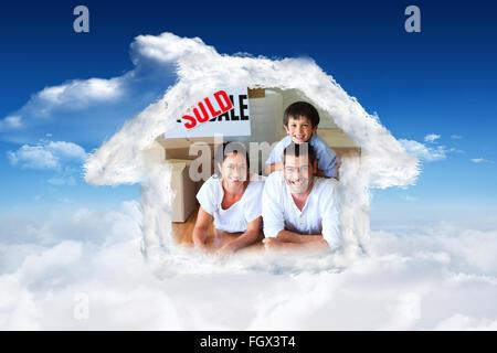 Image composite de la famille dans leur nouvelle maison située sur le plancher avec des cases Banque D'Images
