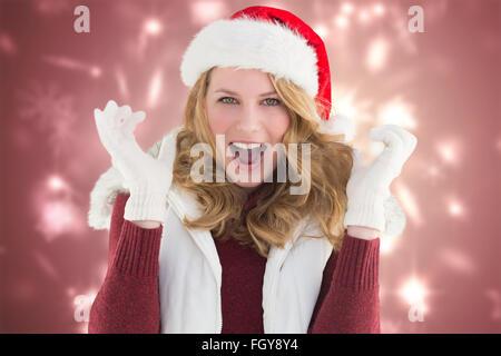 Image composite de blonde woman in santa hat screaming at camera Banque D'Images