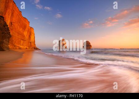 Les Douze Apôtres le long de la Great Ocean Road, Victoria, Australie. Photographié au coucher du soleil.